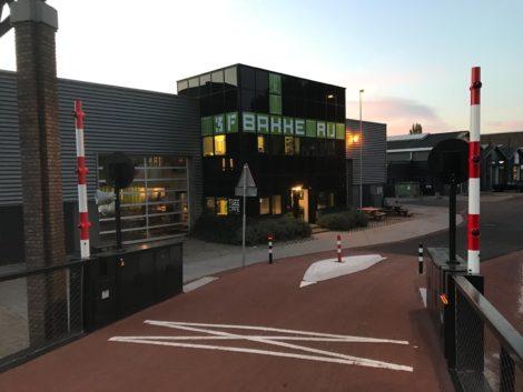 foto van pand van de bakkeRij gezien vanaf de nieuwe fietsbrug
