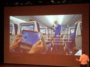 KLM foto in een vliegtuig; er is een tijd en plaats om tegen apparaten te praten - niet altijd dus
